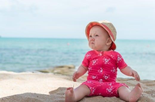 Bébé à la plage : 5 accessoires incontournables
