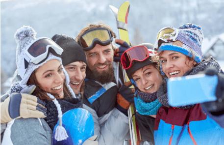 groupe d'amis selfie ski