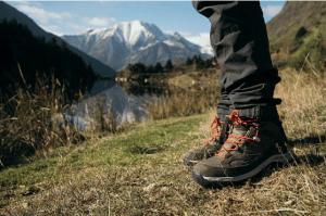 chaussures de randonnée montagnes en fond
