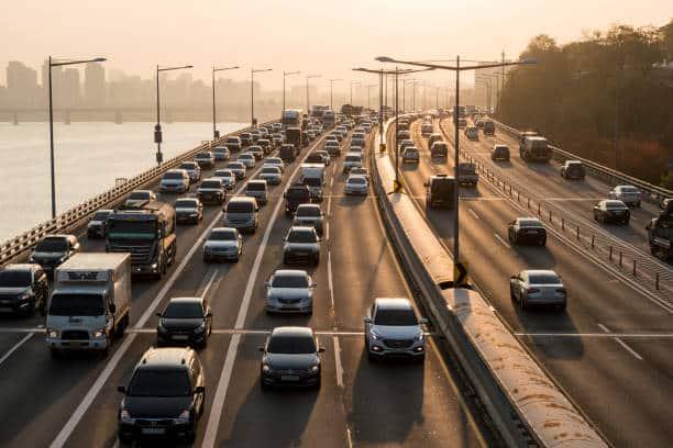 Grande autoroute à quatre voies au trafic automobile dense