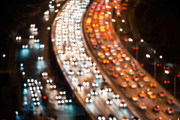 Vue aérienne de nuit d'une autoroute bouchée dans le sens des départs et des retours