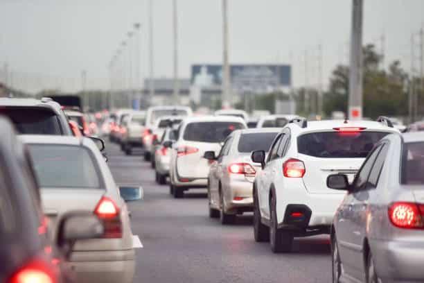 Bouchon avec de nombreuses voitures à l'arrêt sur une autoroute