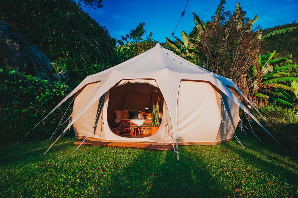 tente ronde avec un intérieur aménagé