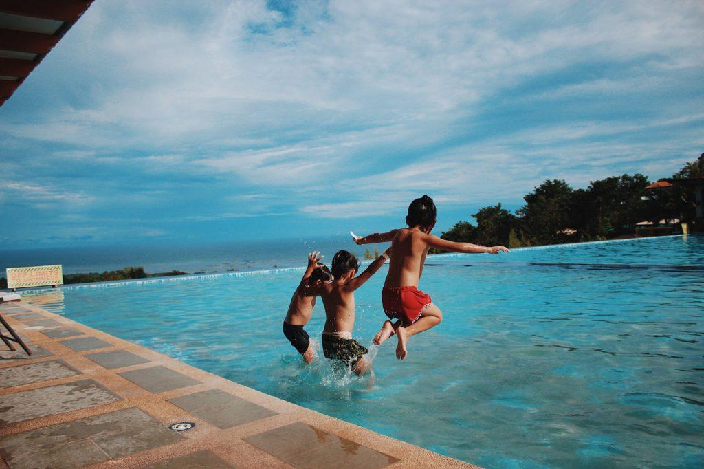 enfants qui jouent dans une piscine